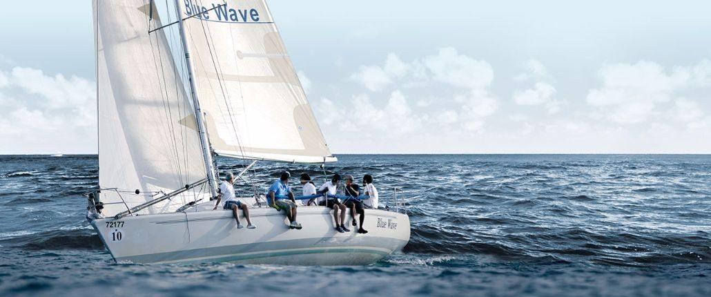 יאכטה בלו ווייב מפליגה בים הפתוח