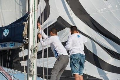 נערים עובדים על הסיפון במהלך שייט על יאכטה במועדון שייט Blue Wave בהרצליה