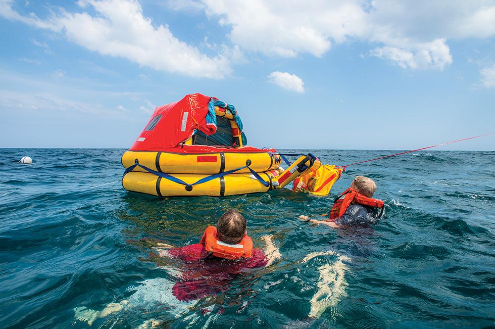 סירת הצלה מתוך קורסי סקיפרים במועדון בלו-ווייב