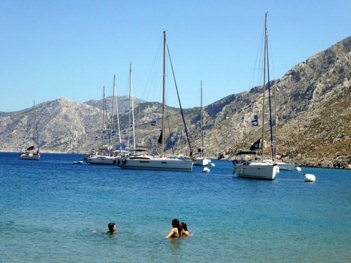 טובלים במים בחוף במהלך הפלוטילה ליוון